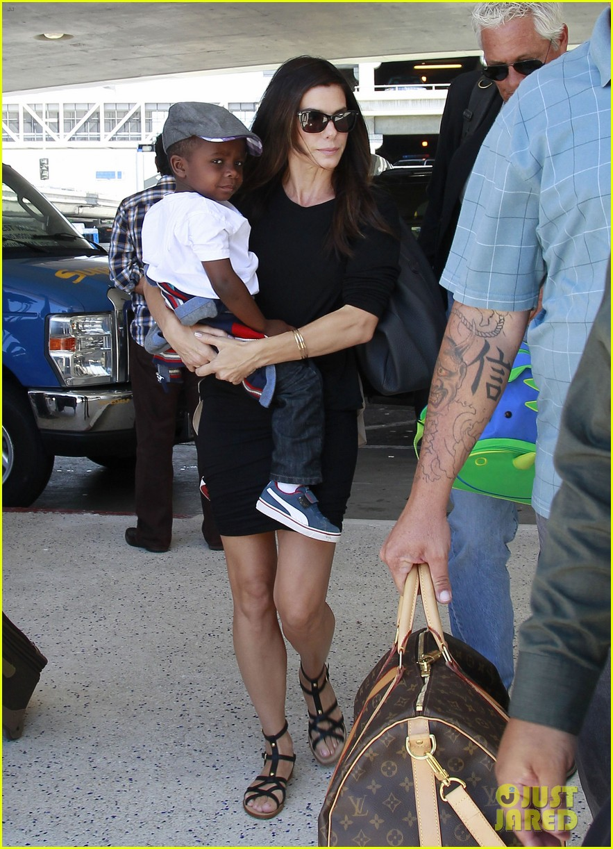 sandra bullock catches a flight with louis 032935822