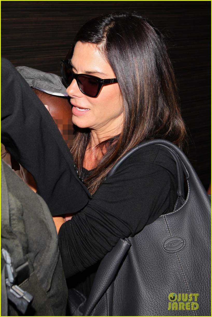 sandra bullock catches a flight with louis 17