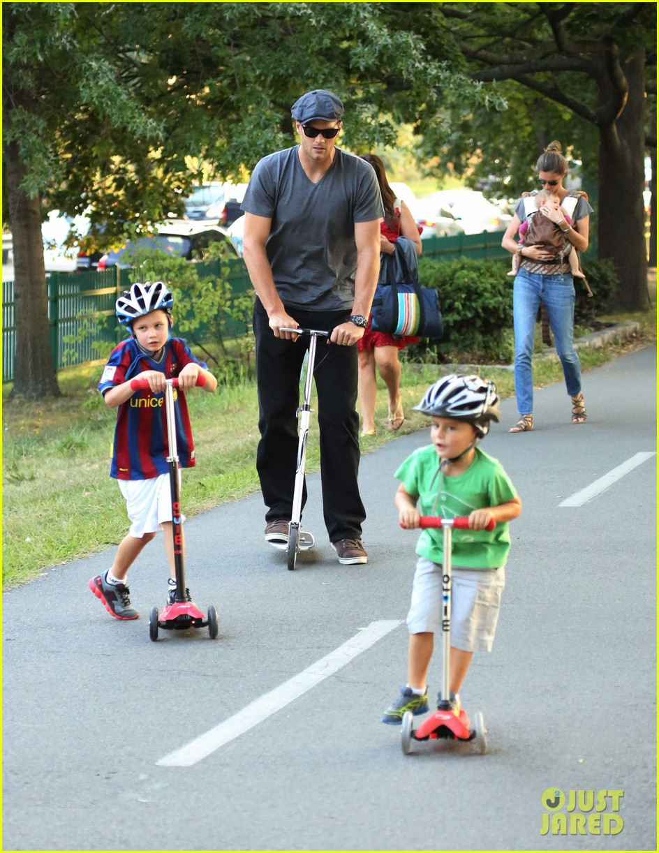 gisele bundchen tom brady visit boston park with the kids 03