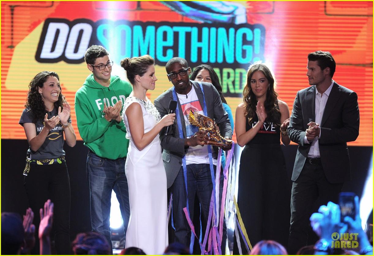 sophia bush host do something awards in different dresses 162921266