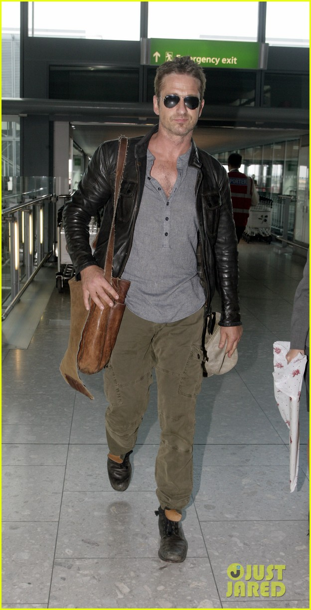 gerard butler flies the skies out of heathrow 03