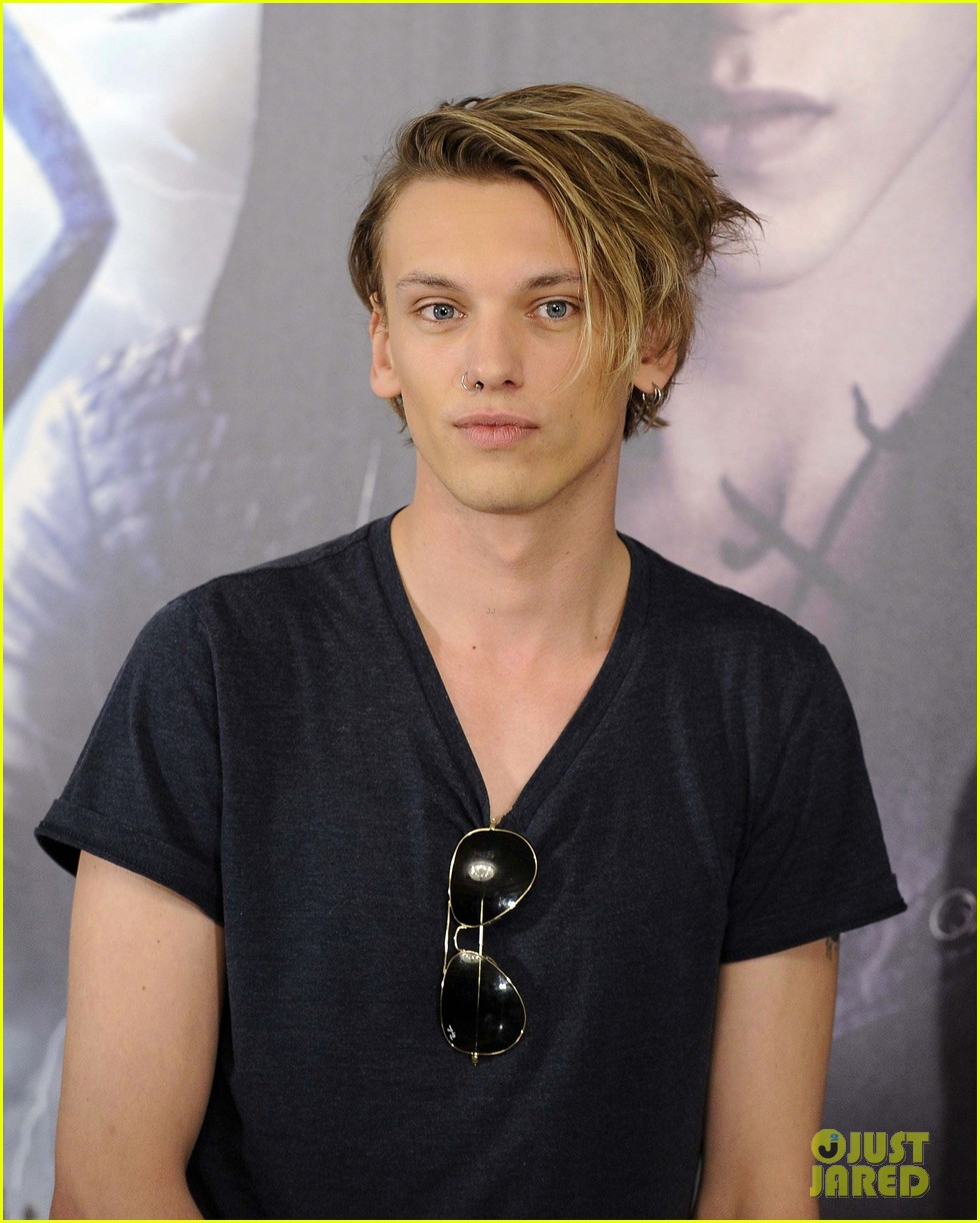 lily collins jamie campbell bower mortal instruments madrid photo call 29