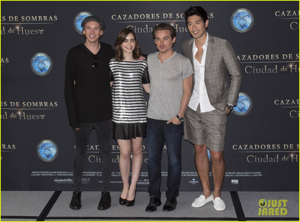 lily collins jamie campbell bower mortal instruments mexico city photo call 04
