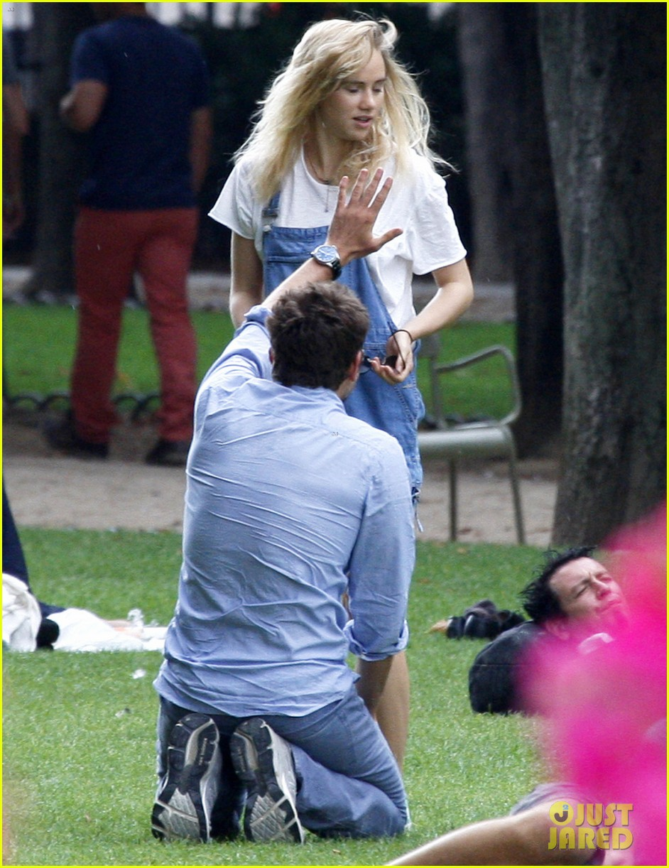 bradley cooper suki waterhouse snuggle in paris park 04