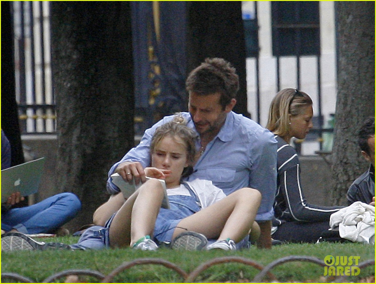bradley cooper suki waterhouse snuggle in paris park 10