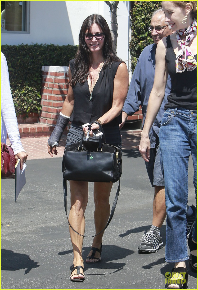 courteney cox grey cast for injured wrist 072931914