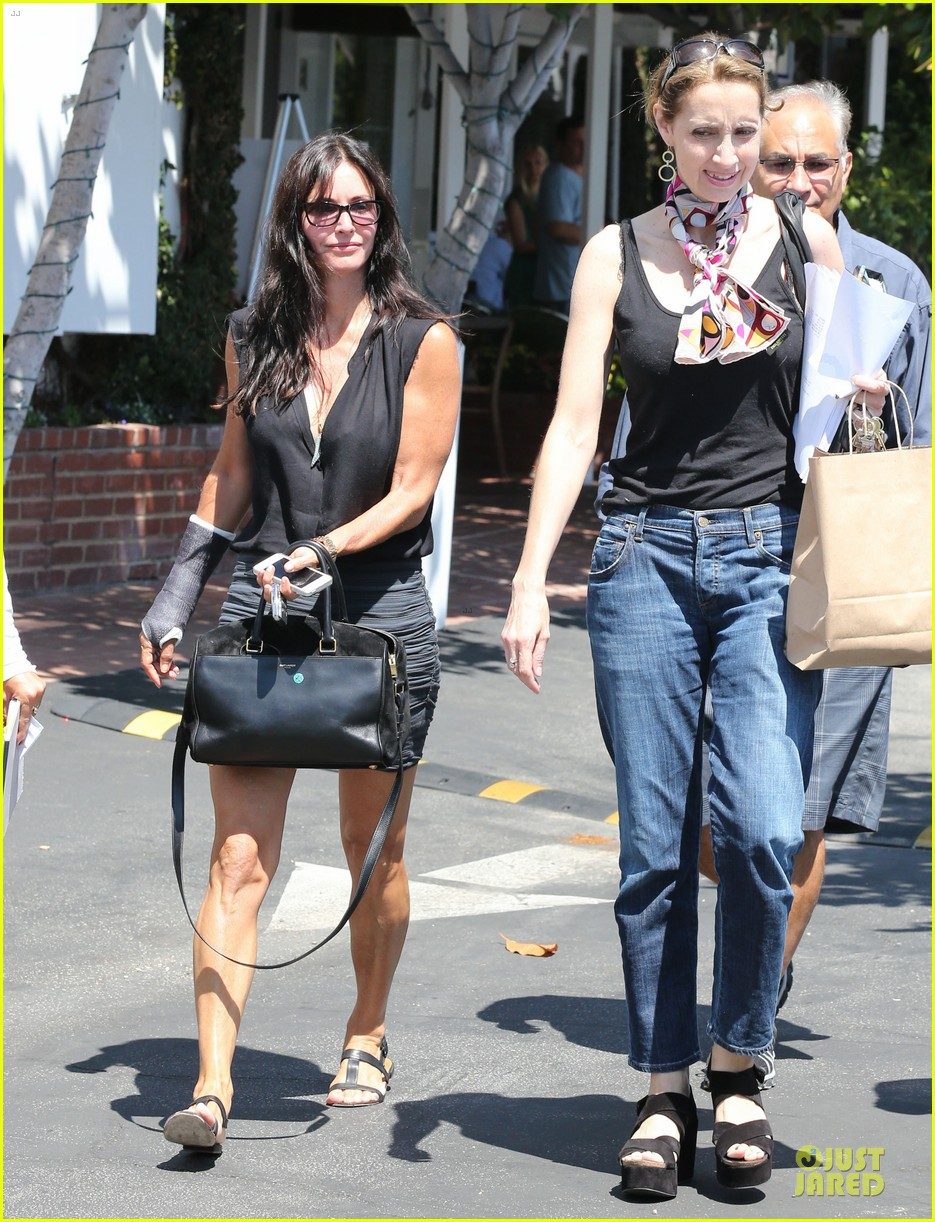 courteney cox grey cast for injured wrist 15