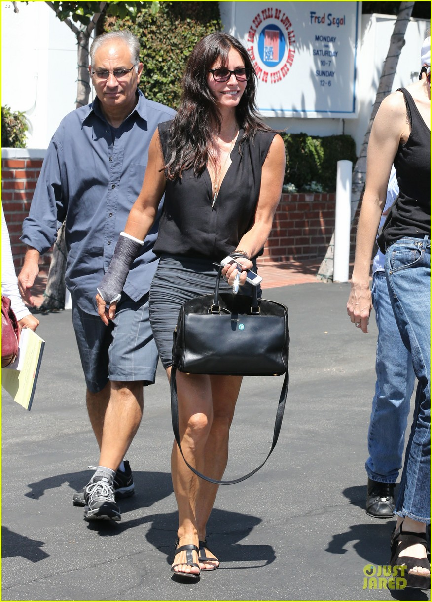 courteney cox grey cast for injured wrist 18