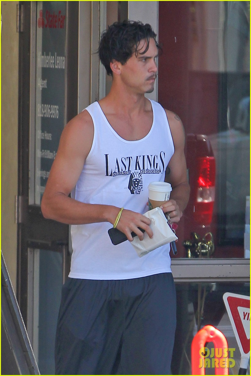 kaley cuoco walks arm in arm with ryan sweeting 04
