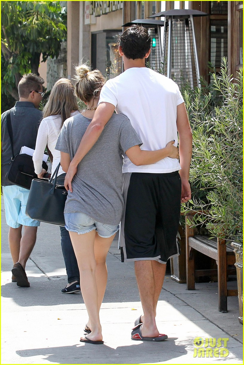 kaley cuoco walks arm in arm with ryan sweeting 092924000