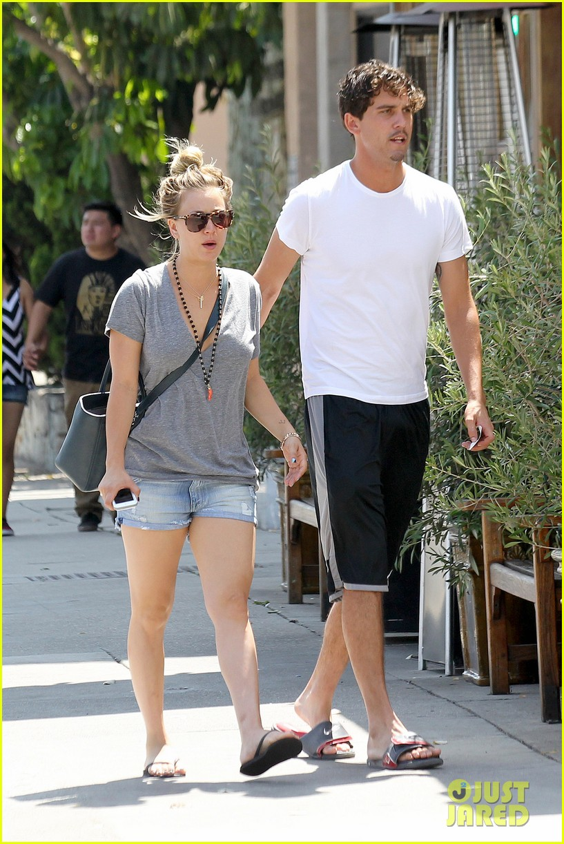 kaley cuoco walks arm in arm with ryan sweeting 11