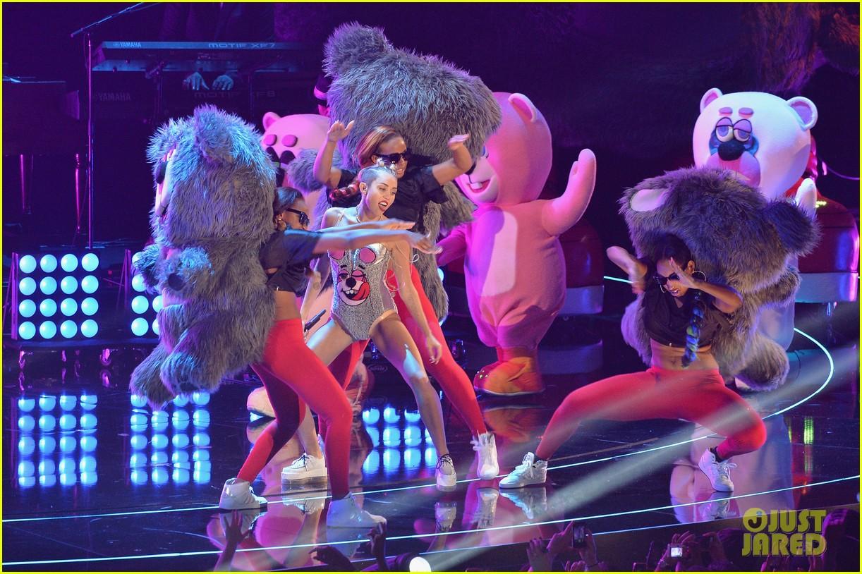 GRAMMY, A PREMIAÇÃO Miley-cyrus-we-cant-stop-mtv-vmas-2013-05