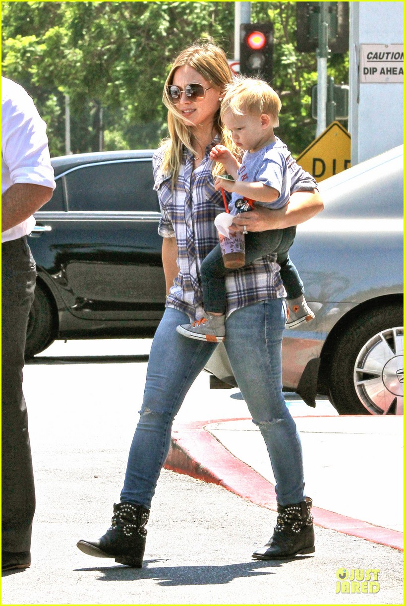 hilary duff mike comrie start weekend with groceries 01