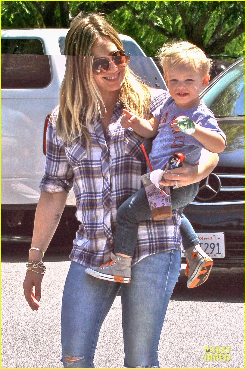 hilary duff mike comrie start weekend with groceries 02