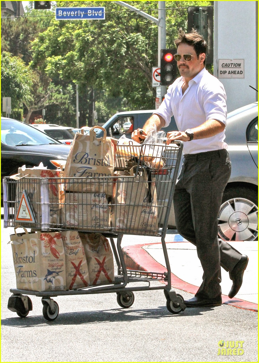 hilary duff mike comrie start weekend with groceries 08