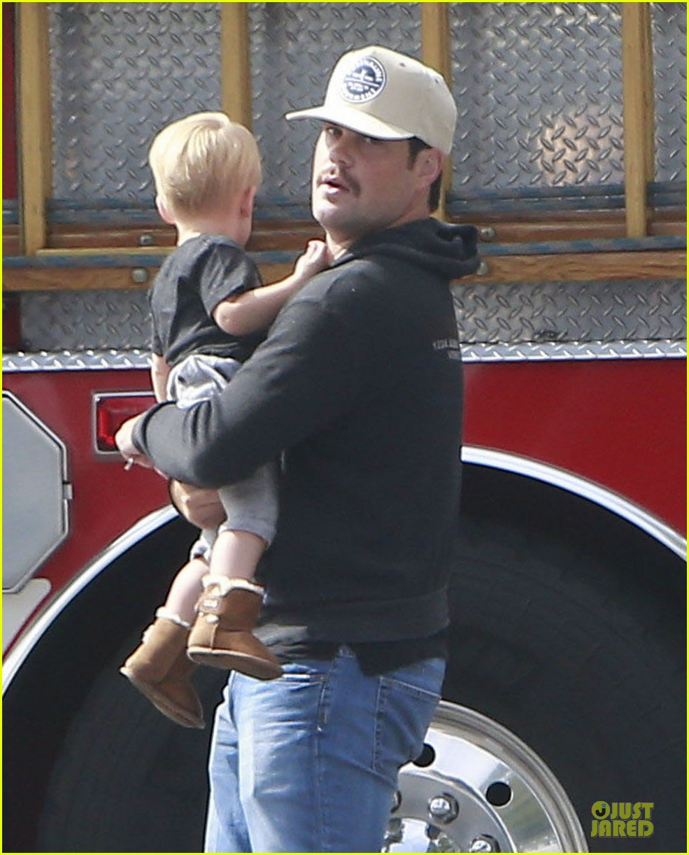 hilary duff mike comrie start weekend with groceries 18