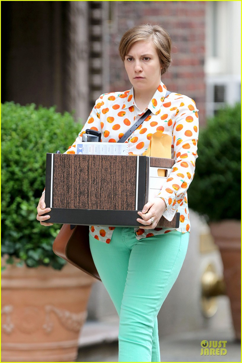 lena dunham box carrying gal on girls set 08