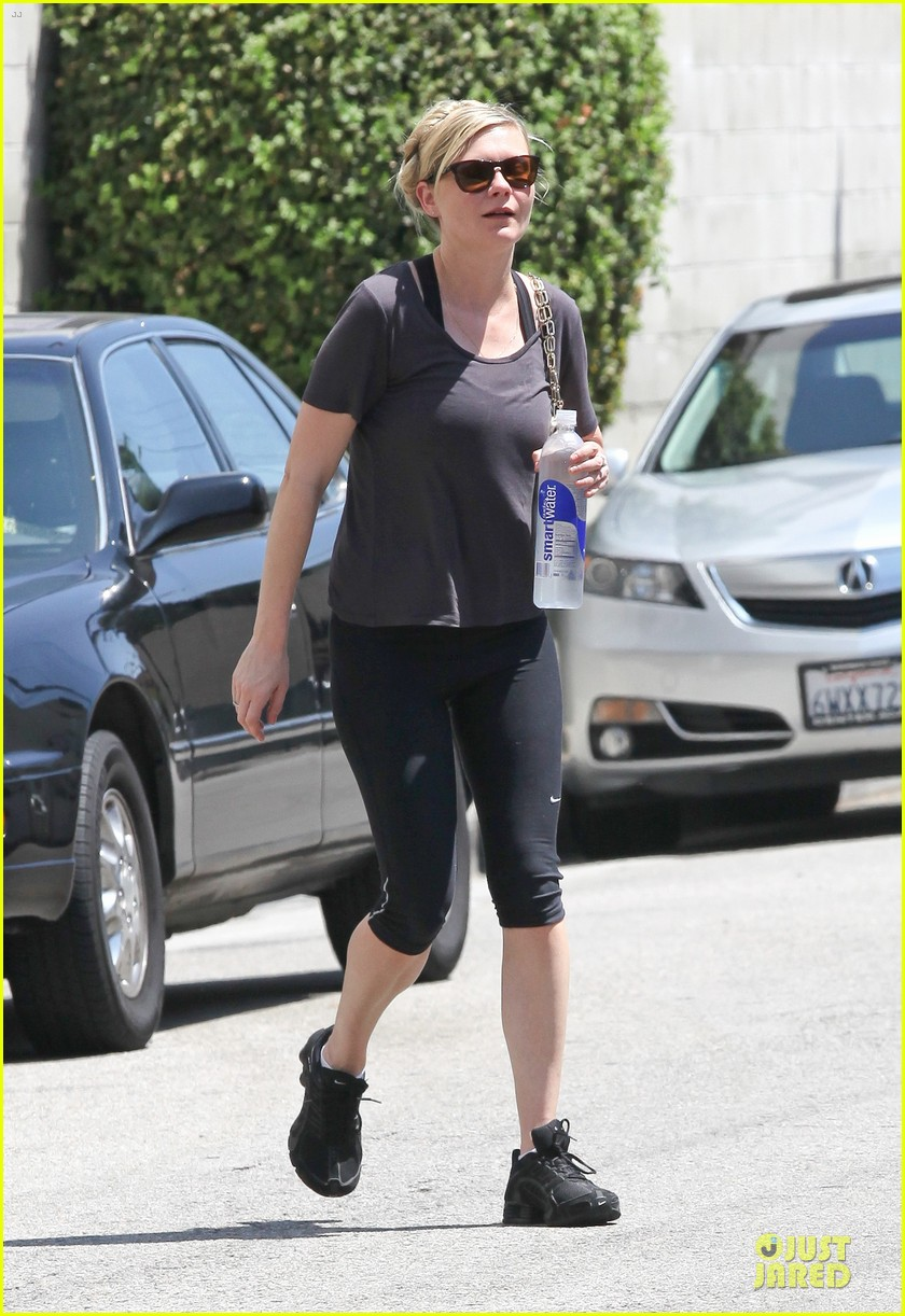 kirsten dunst continues water workout routine 012930356