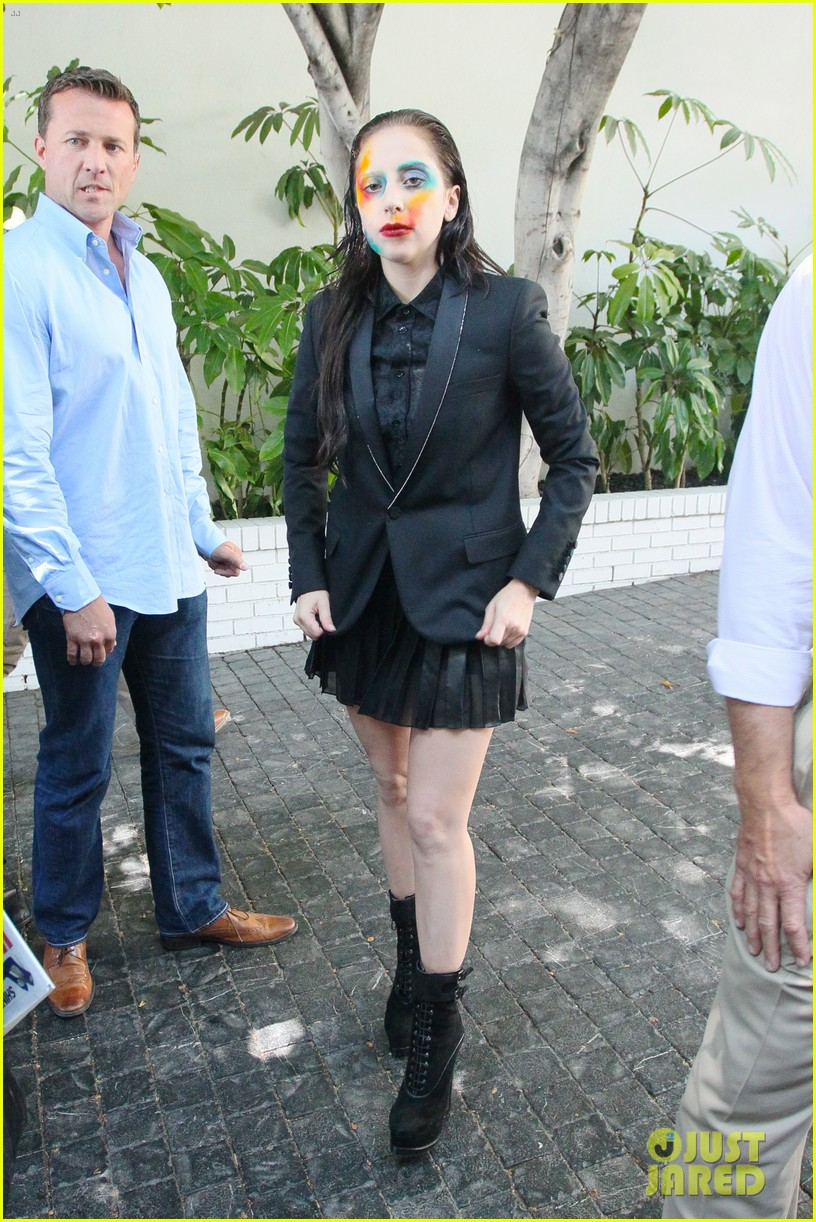 lady gaga wears applause makeup on song release day 02