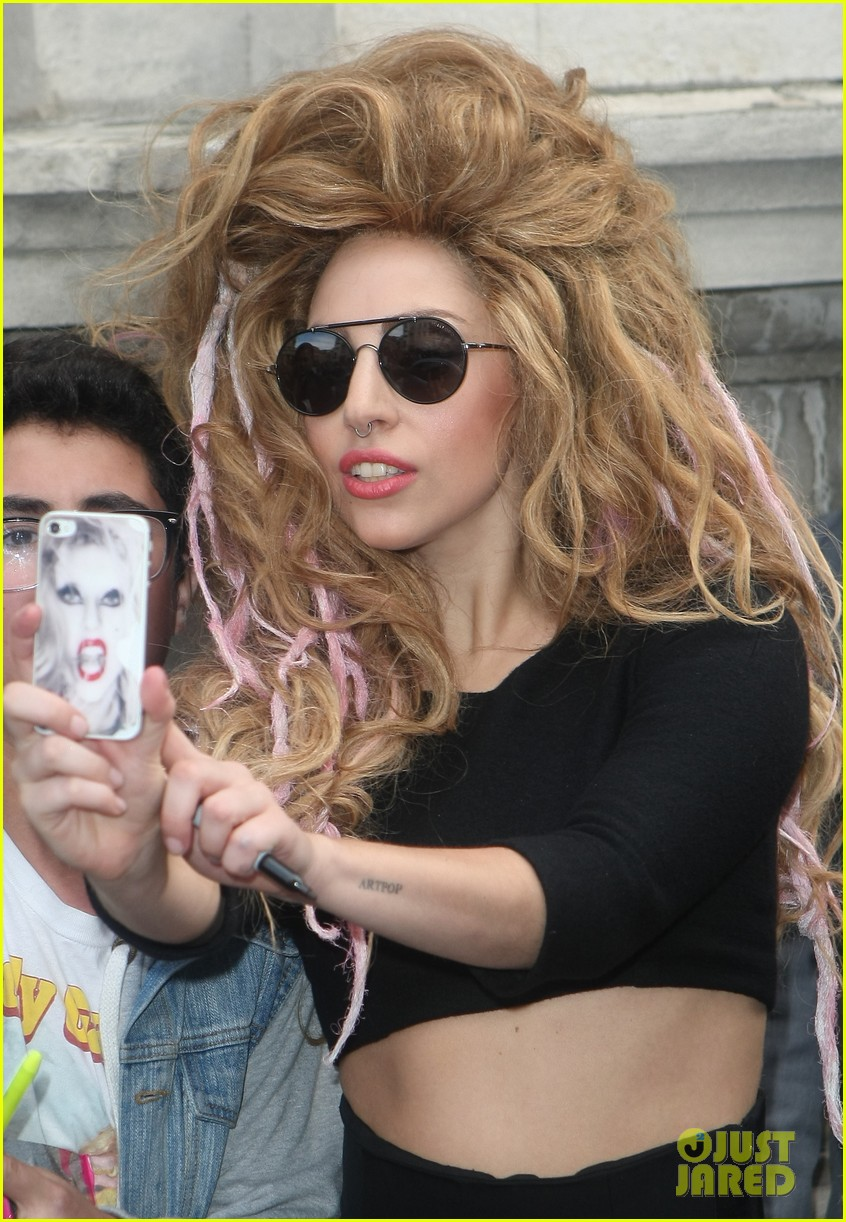lady gaga previews manicure ahead of itunes fest 09