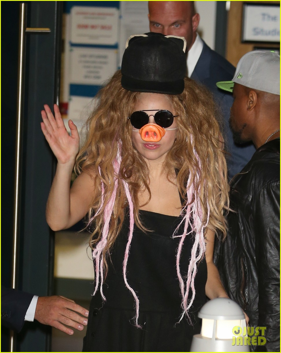 lady gaga wears pig nose at london rehearsal studio 04