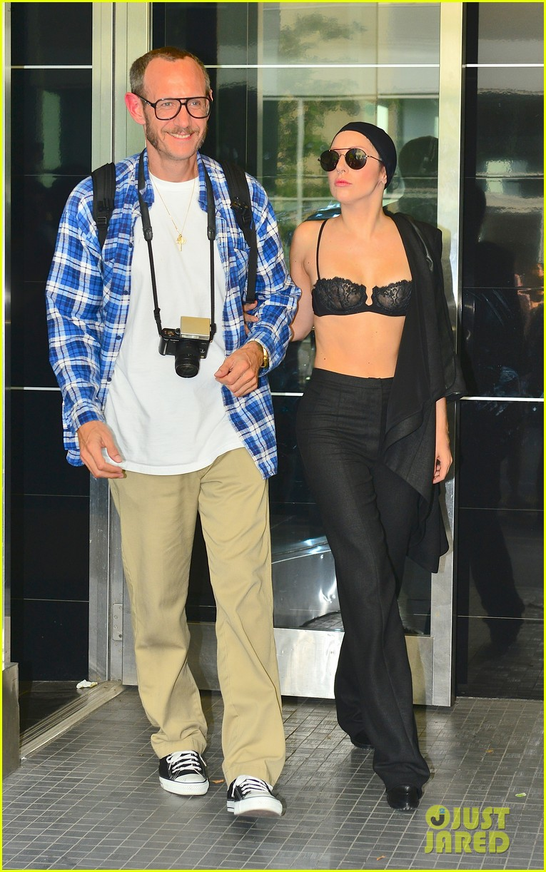 lady gaga wears bra at rehearsal with terry richardson 06