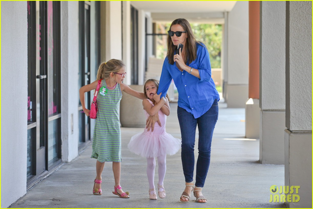 jennifer garner runs errands with violet seraphina 17