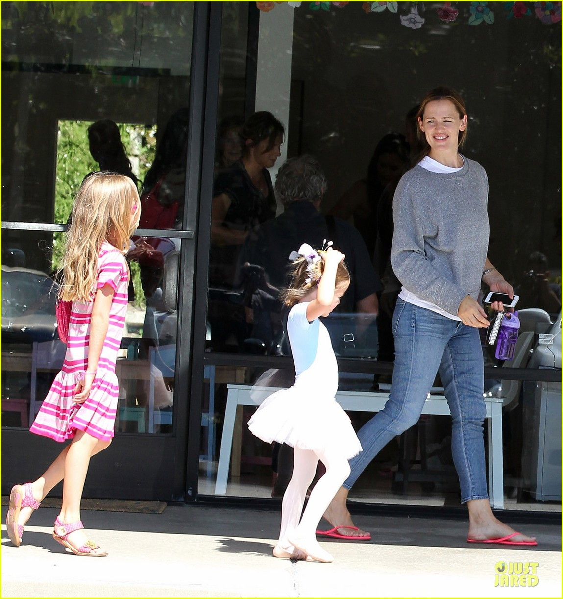 jennifer garner violet start week with errands 222924615