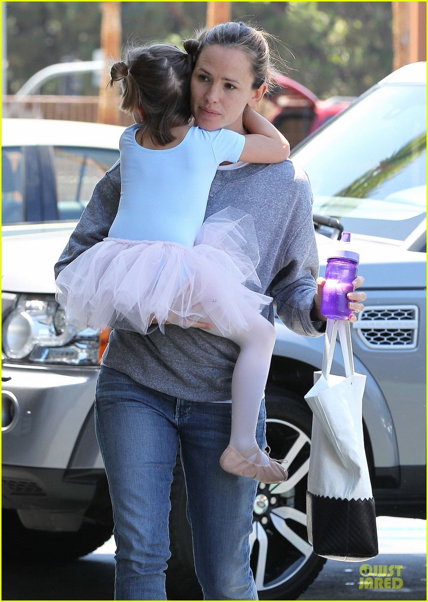 jennifer garner violet start week with errands 242924617
