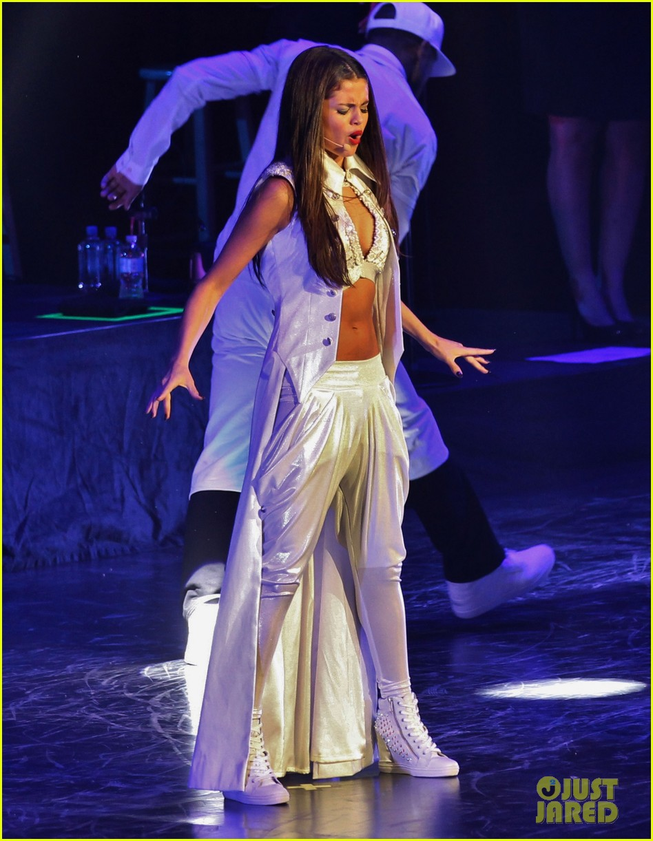 selena gomez stars dance opening night tour pics 162930711
