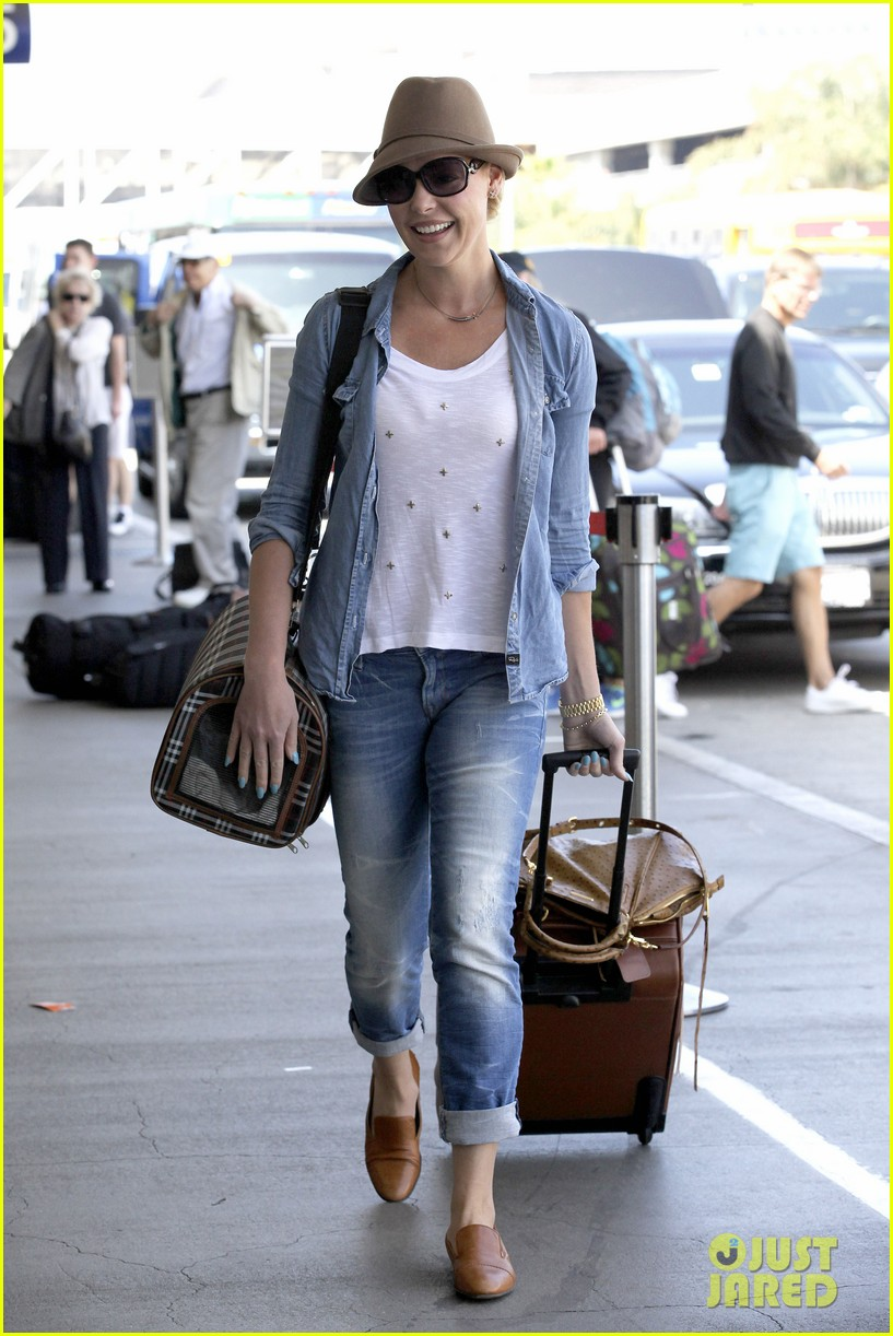 katherine heigl wheels her luggage at lax 05