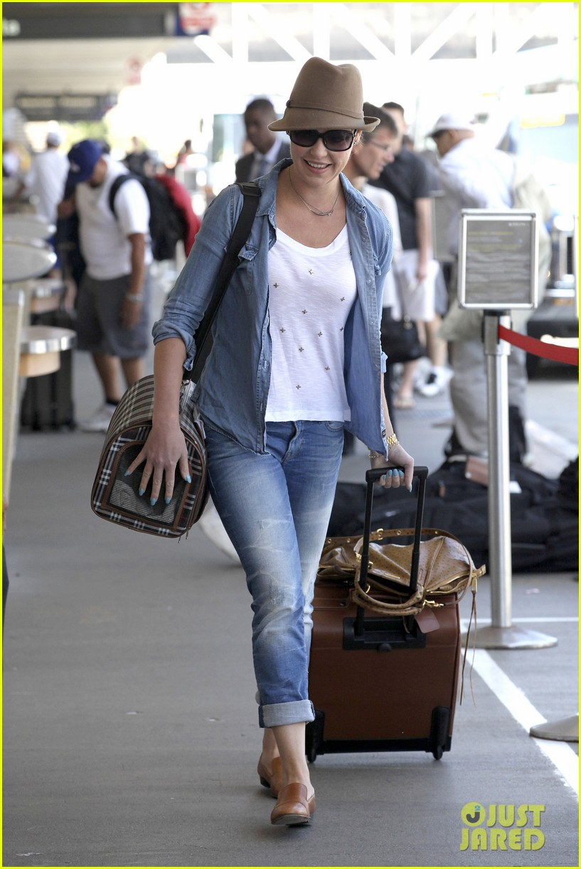 katherine heigl wheels her luggage at lax 12