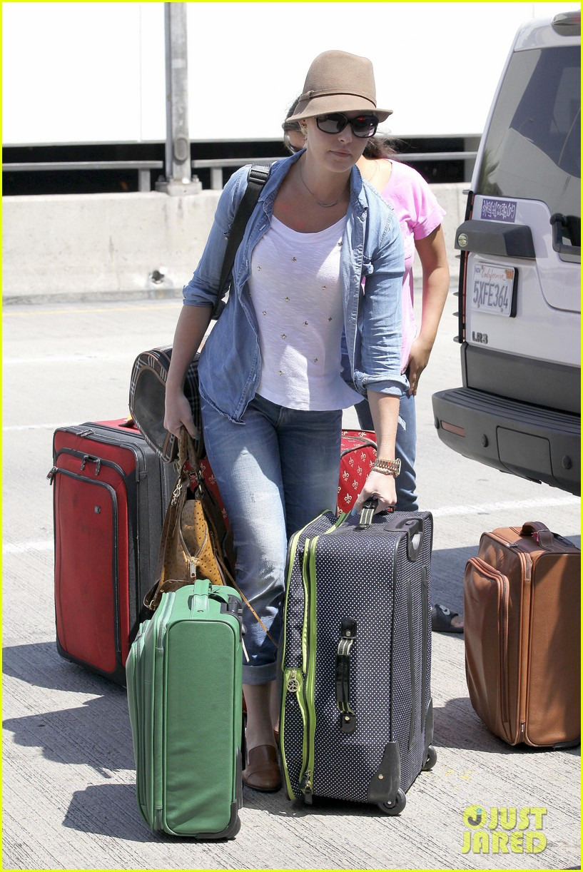 katherine heigl wheels her luggage at lax 15