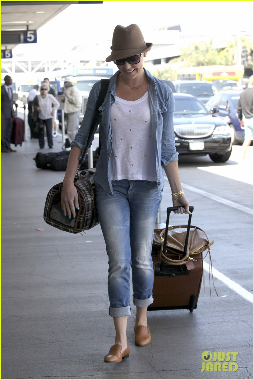 katherine heigl wheels her luggage at lax 18