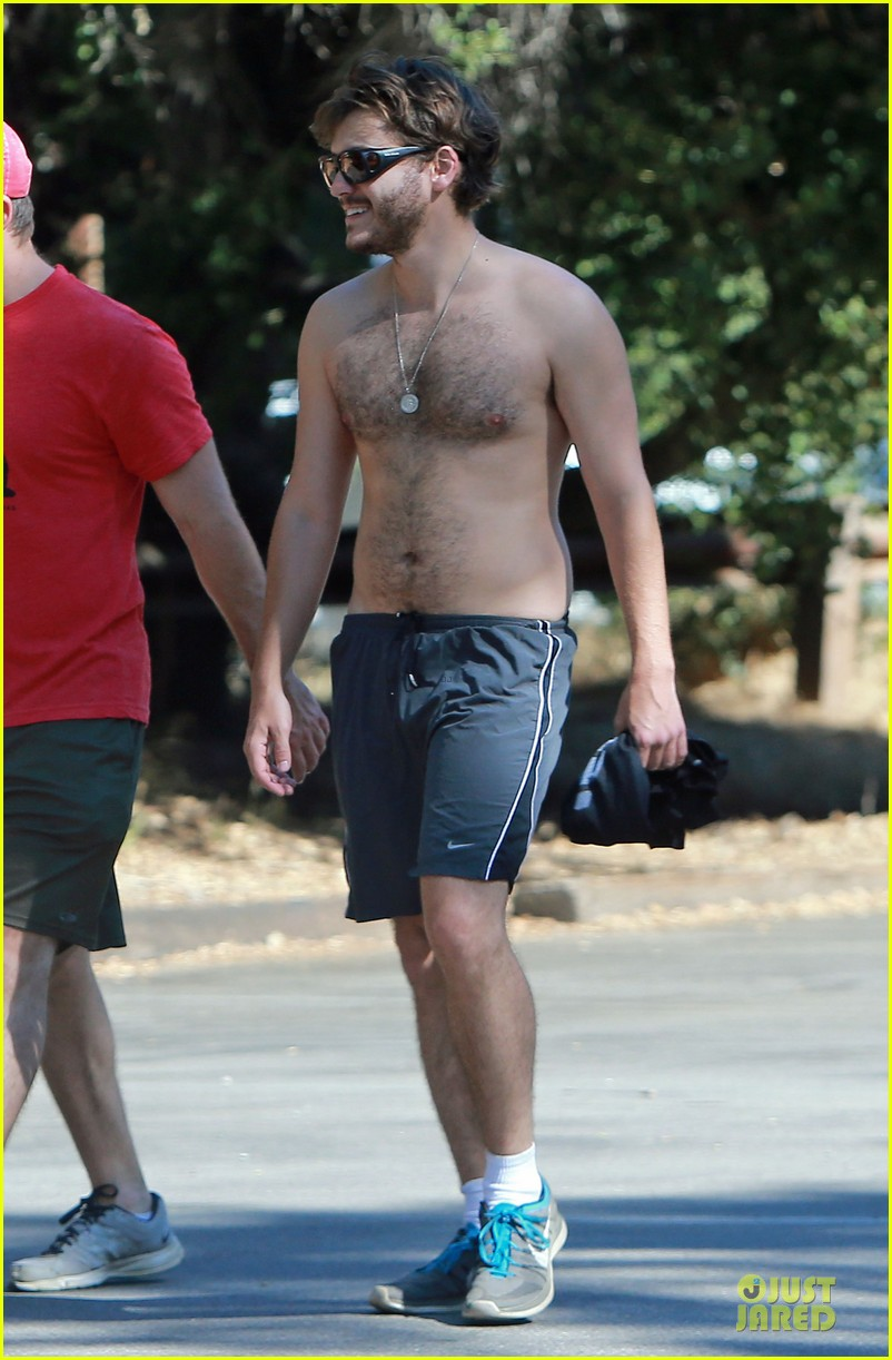 emile hirsch shirtless fryman canyon park hike 01