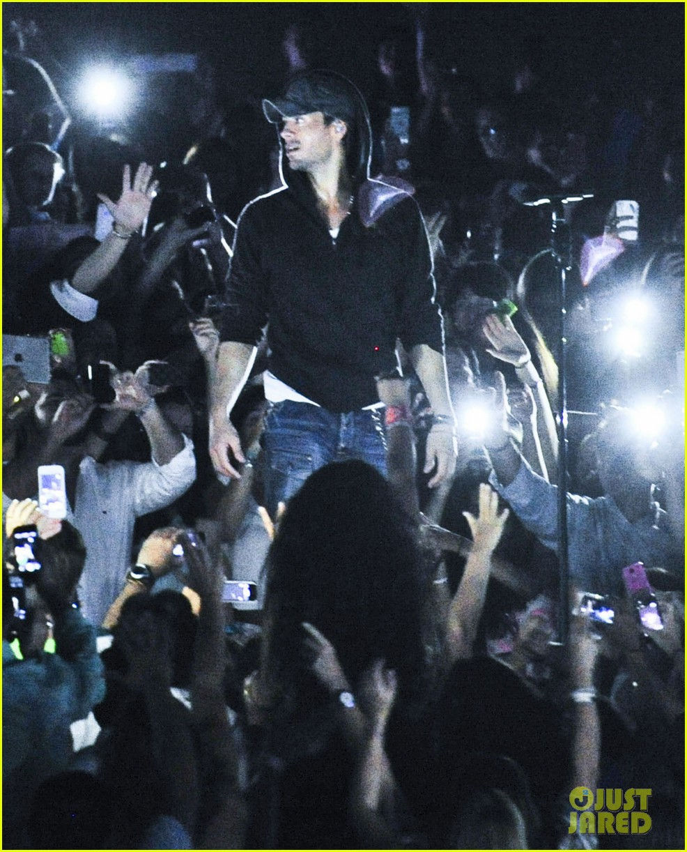 enrique iglesias turn the night up video premiere watch now 122933192