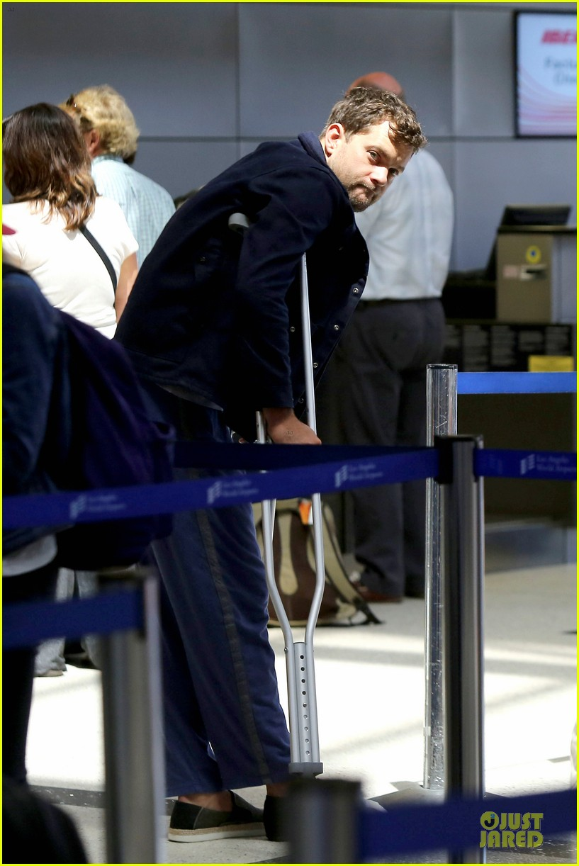 joshua jackson cruches to lax airport with diane kruger 06