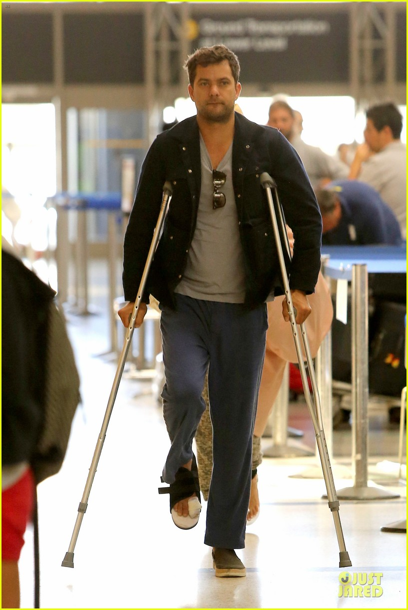 joshua jackson cruches to lax airport with diane kruger 11