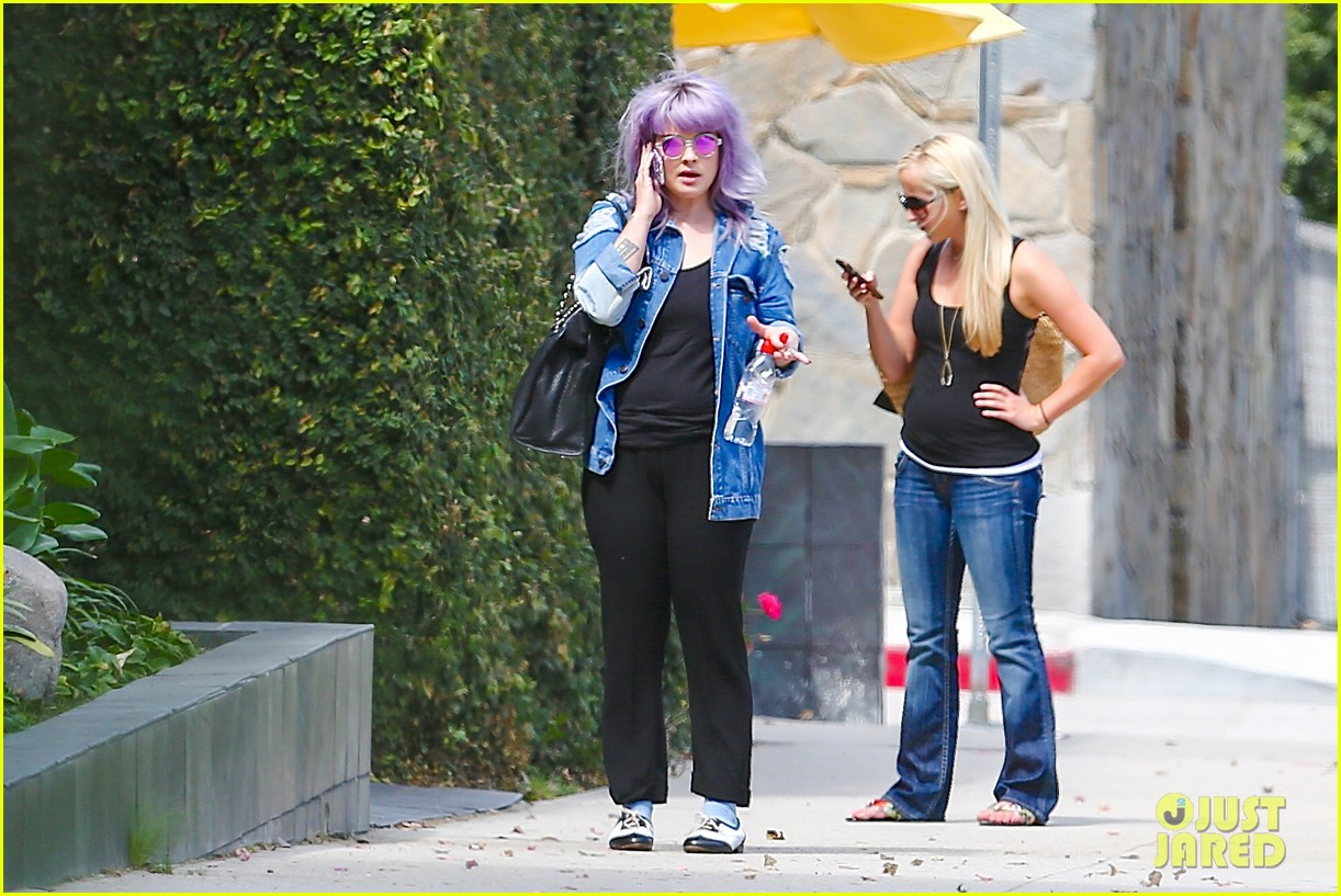 kelly osbourne spotted out after miley cyrus comments 092941250