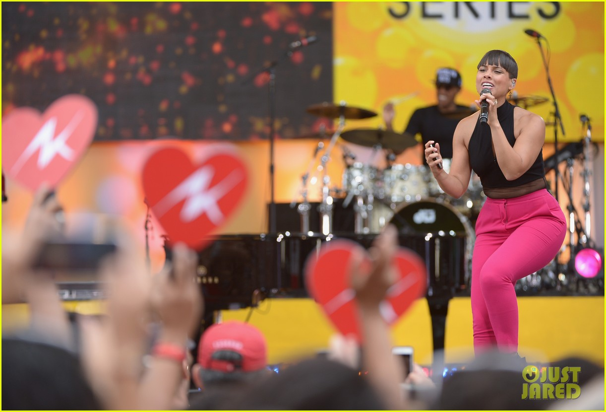 alicia keys performs for good morning americas concert series 05