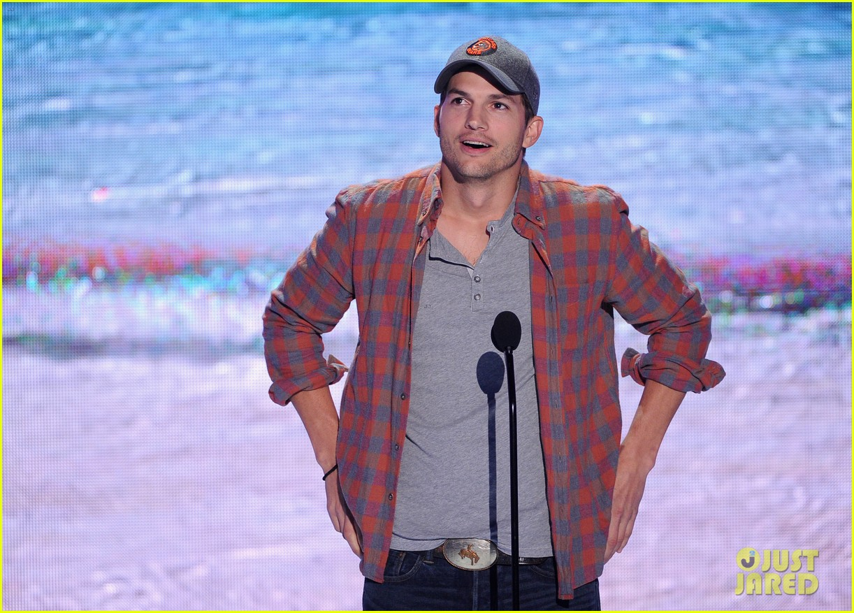 ashton kutcher wins old guy award at teen choice awards 012928255