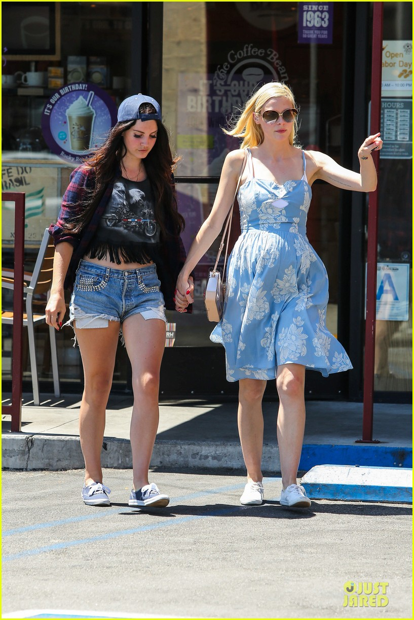 lana del rey jaimie king hold hands at coffee bean 14