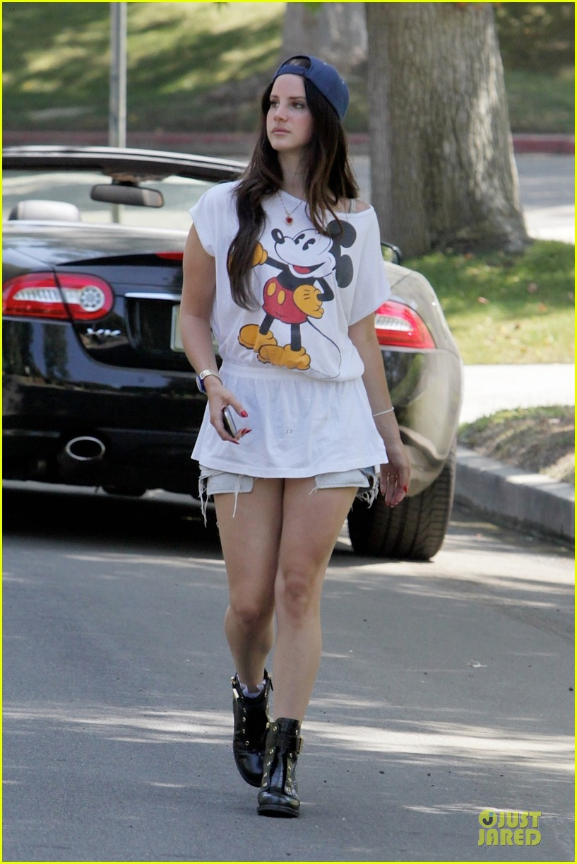 lana del rey shows inner child with mickey mouse 032929728
