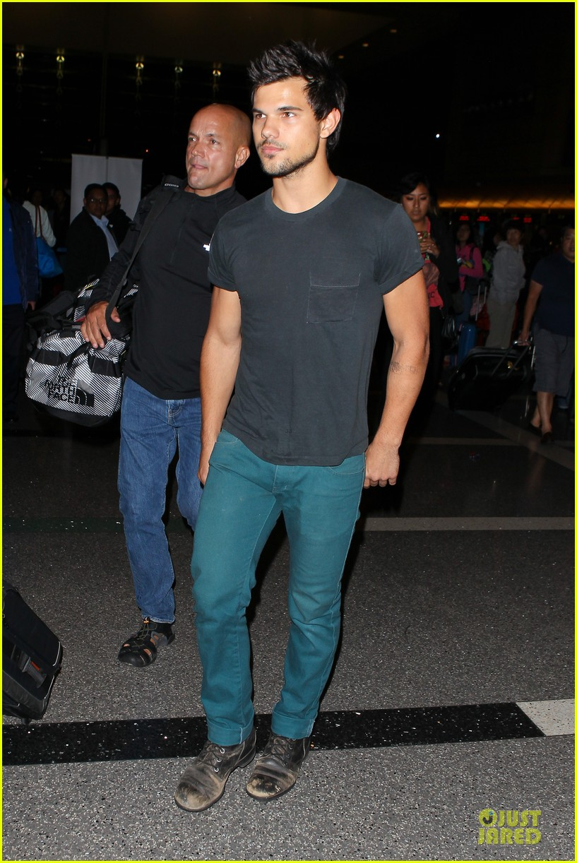 taylor lautner flies without marie avgeropoulos 15