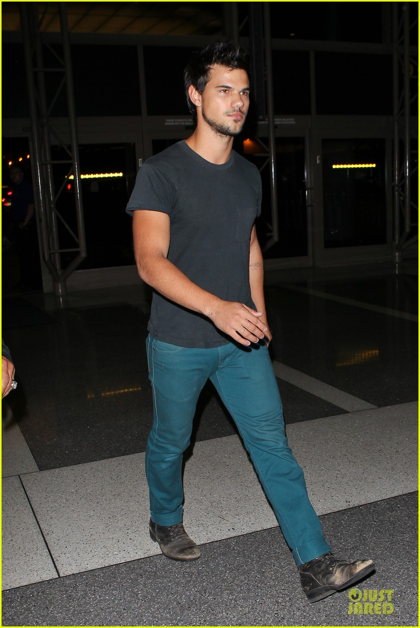 taylor lautner flies without marie avgeropoulos 18