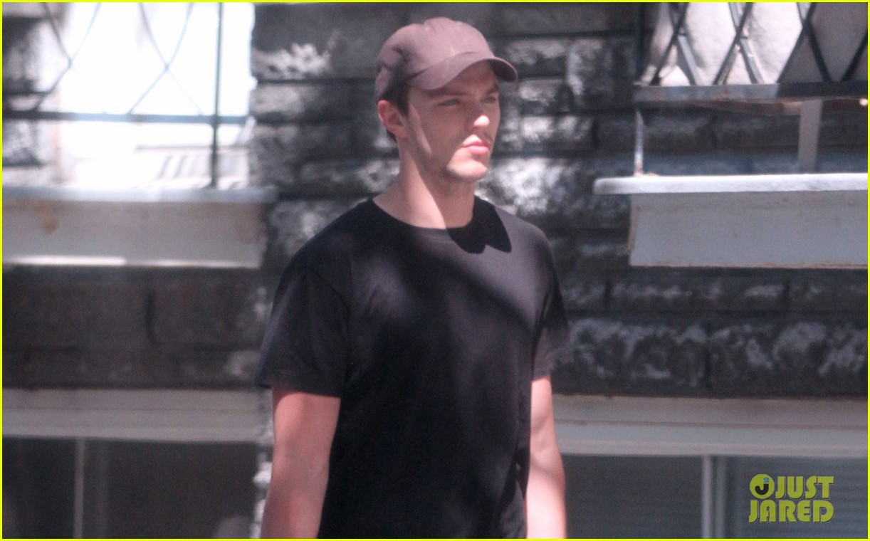 jennifer lawrence bikes around nicolas hoult buys breakfast 02