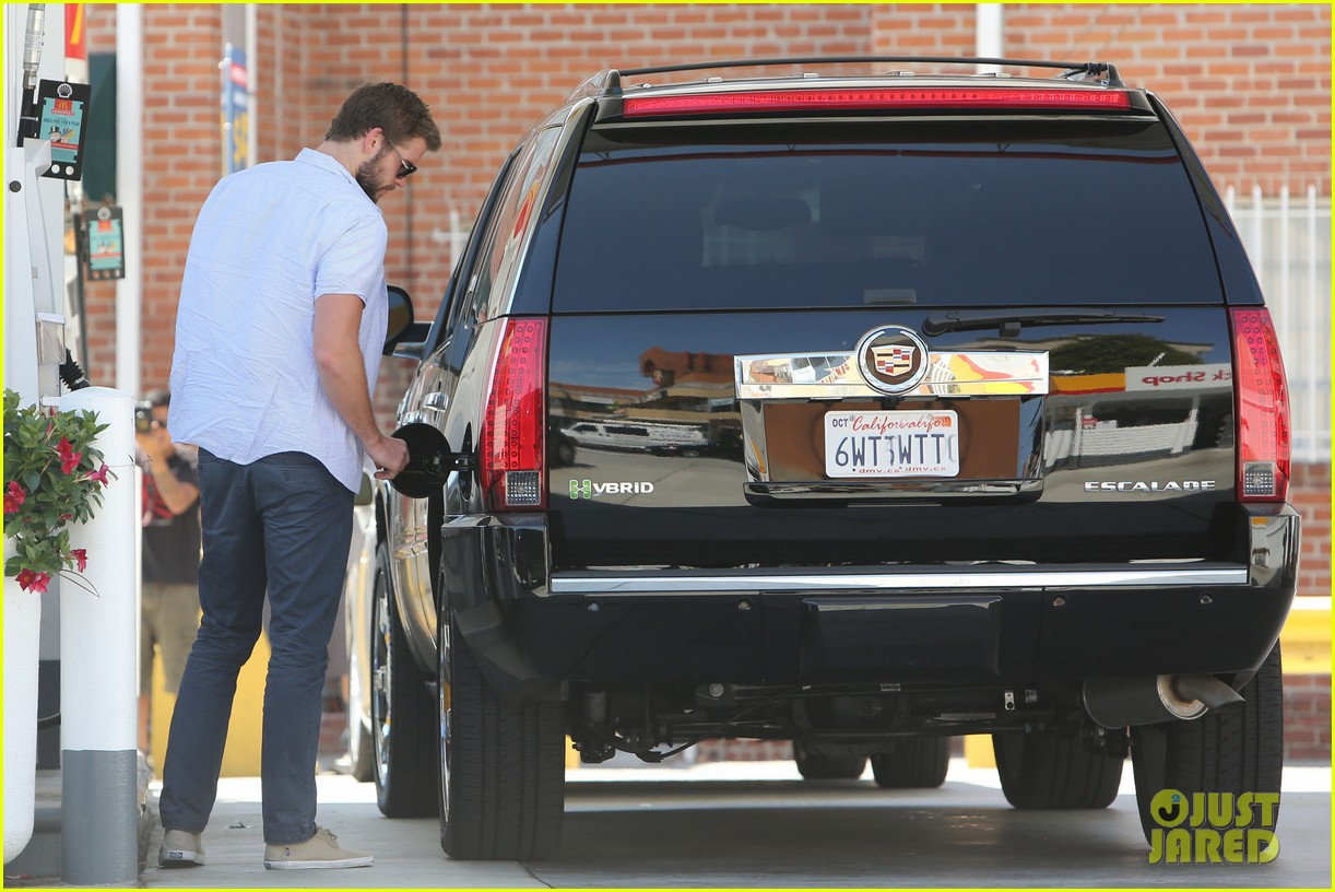 liam hemsworth fills up his hybrid suv 052936085