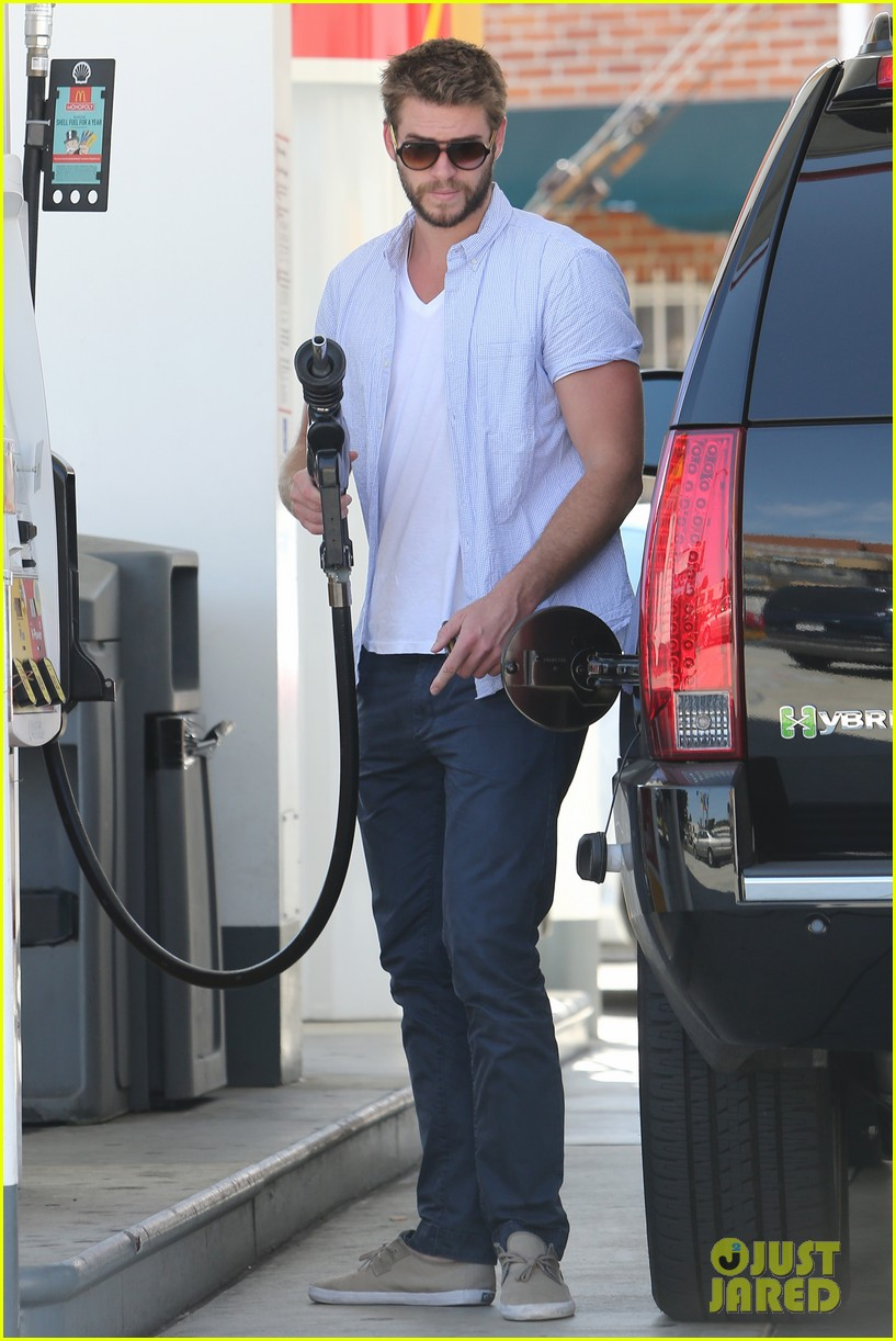 liam hemsworth fills up his hybrid suv 07