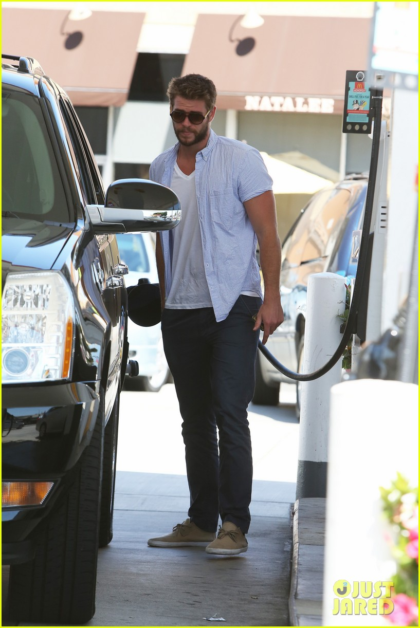 liam hemsworth fills up his hybrid suv 082936088