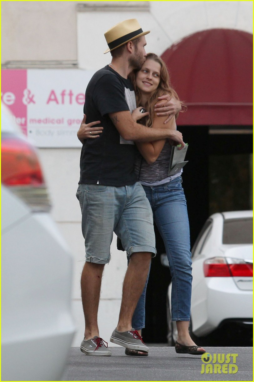 teresa palmer shows off new engagement ring 01
